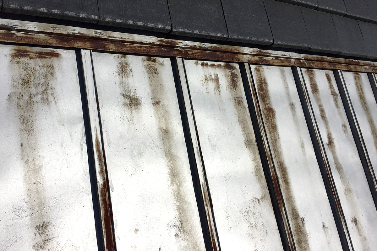 サビた金属屋根